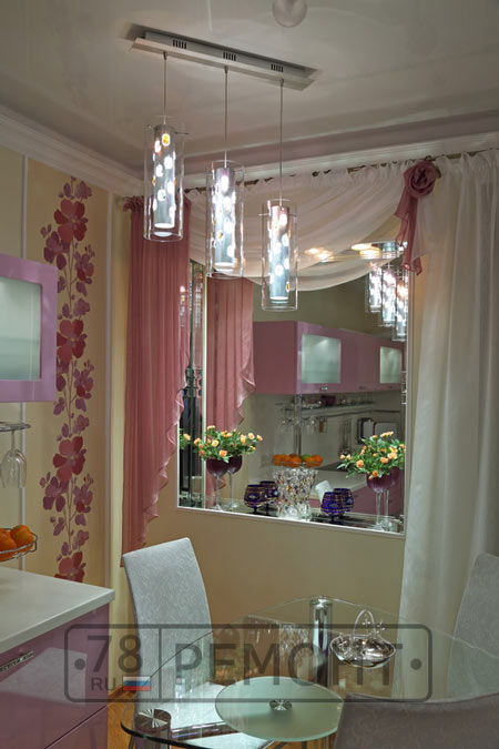 На кухне зеркальная ниша вместо окна
